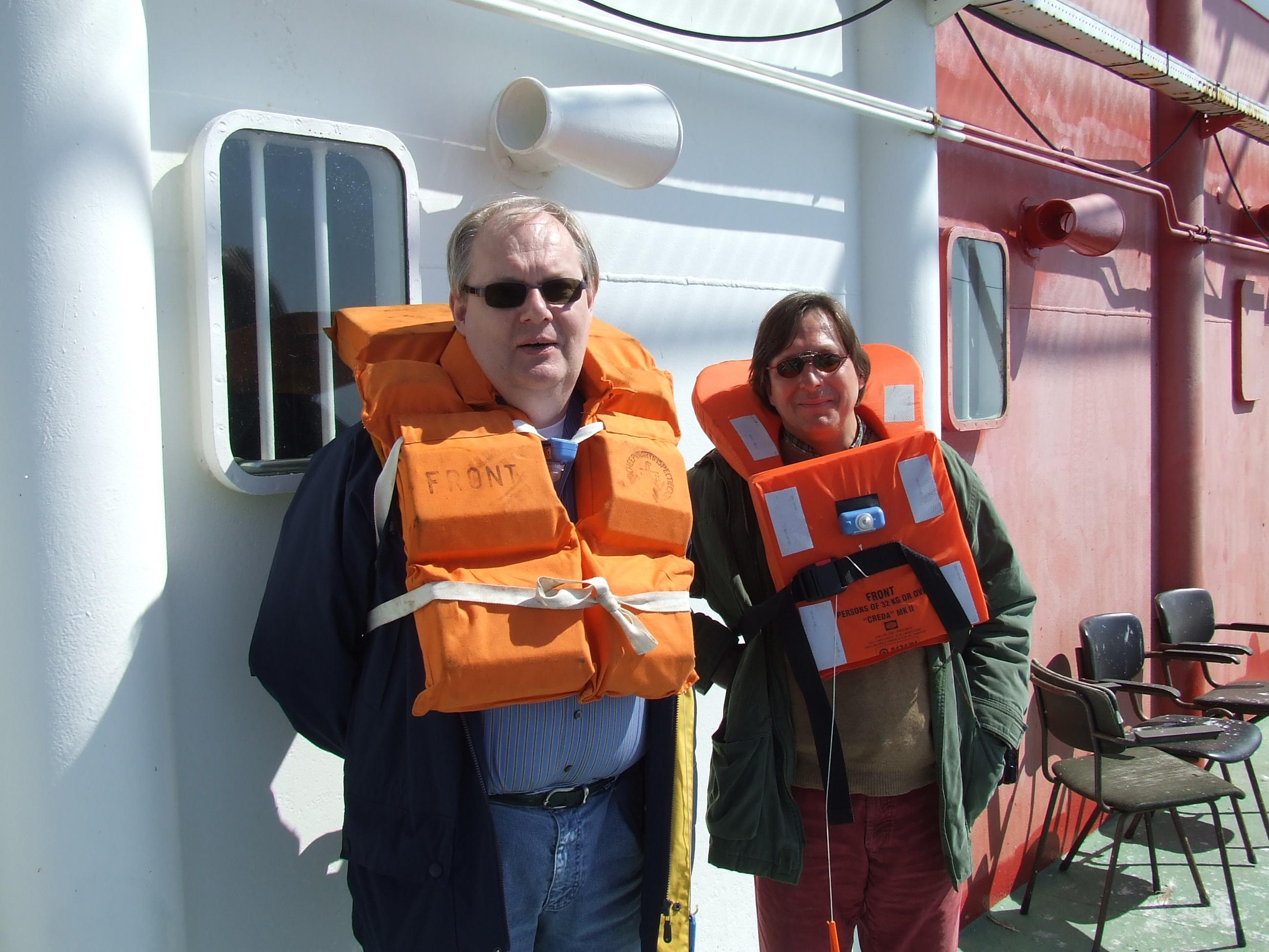 Weer overstappen naar het schip van Rijkswaterstaat, dus het reddingsvest aan.