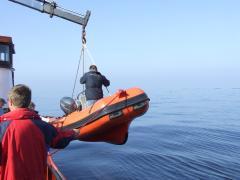Vanuit een rubberboot het REM-eiland fotograferen.