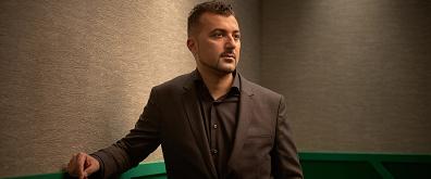 Özcan Akyol interviewt Theo Maassen in een eenmalige aflevering Onze man in Den Bosch